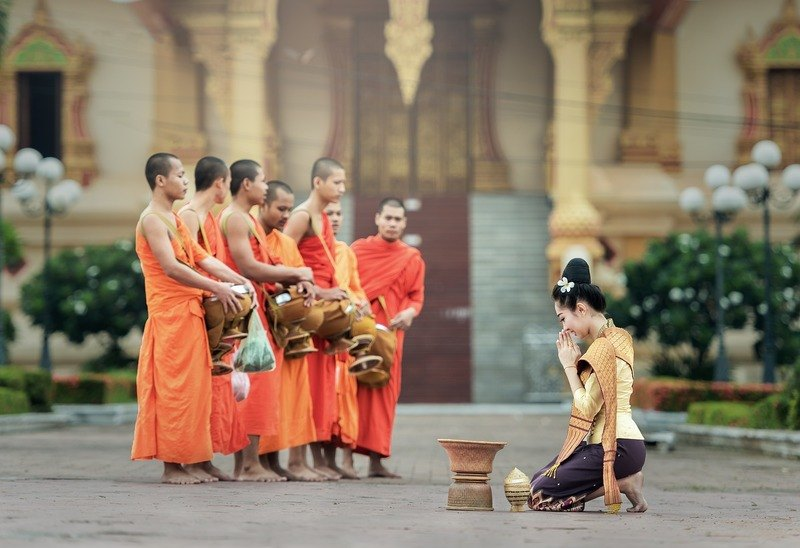 prayer-monks-customs