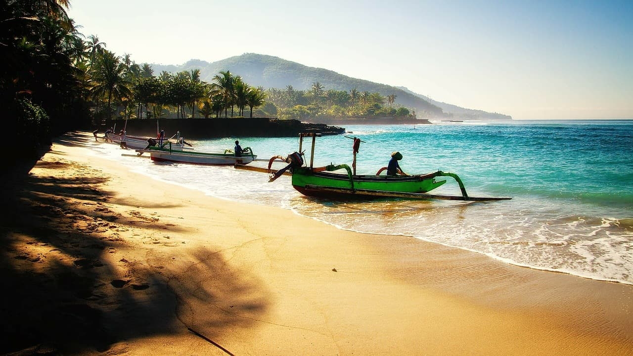 bali-beach-and-boat